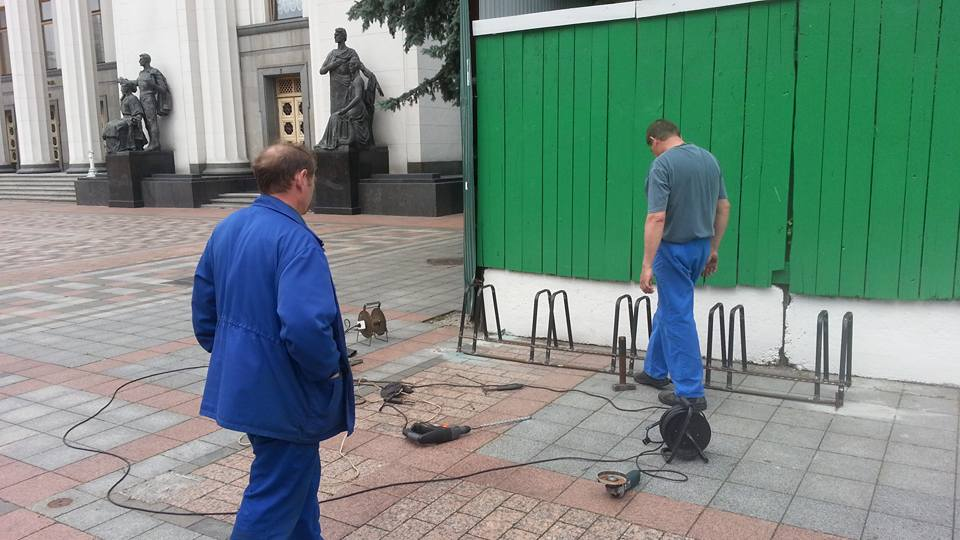 Облаштування велопарковки біля Верховної Ради. Фото: Влад Содель
