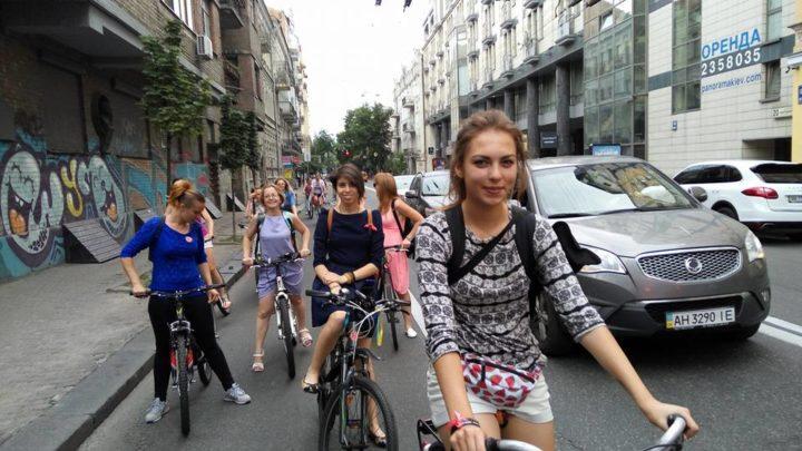 У суботу, 9 липня, понад 300 учасниць Велопараду дівчат проїхали по Києву двома різними маршрутами від Національної опери до Труханового острову. Велопарад дівчат організувала Асоціація велосипедистів Києва.