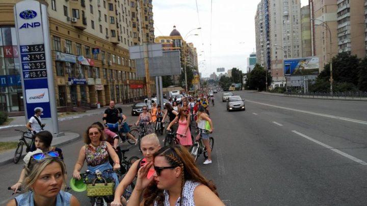 У суботу, 9 липня, понад 300 учасниць Велопараду дівчат проїхали по Києву двома різними маршрутами від Національної опери до Труханового острову.