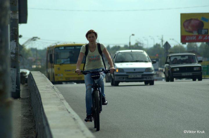 Велосипедистка на дорозі. Підрахунок велосипедистів у Києві