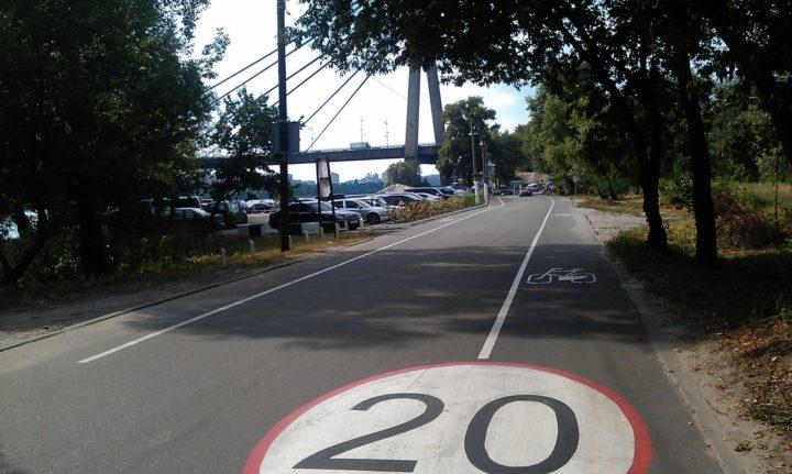 на Трухановому острові, згідно з розпорядженням КМДА від 17.07.2015, діють спеціальні умови для проїзду автомобілів.
